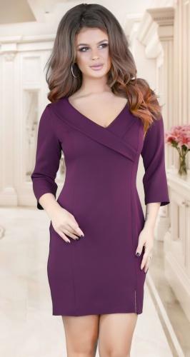 Красивое платье с глубоким декольте и воротничком,марсала