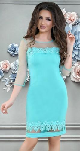 Нарядное яркое платье с кружевом и жемчугом