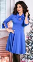 Стильное и необычное трикотажное платье ярко синего цвета
