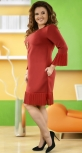 Красивое бордовое платье с кулоном