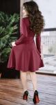 Трендовое офисное платье цвета марсала с жемчугом