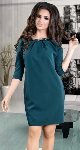 Красивое платье цвета изумруд с жемчугом