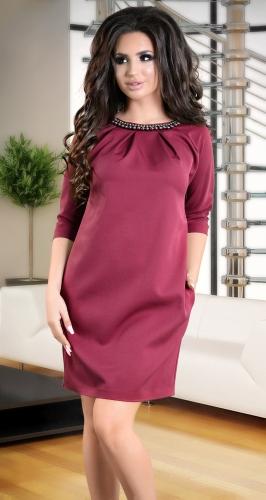 Красивое платье цвета марсала с жемчугом