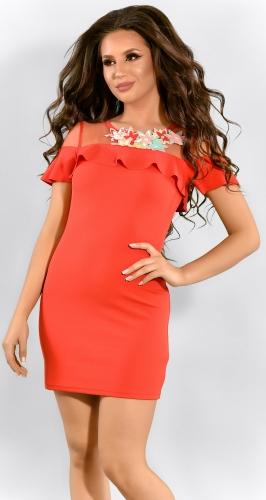Красное облегающее платье с яркими цветами