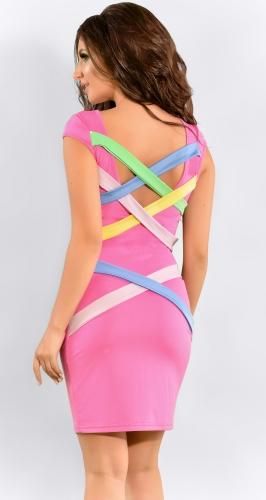 Розовое платье с разноцветными лентами