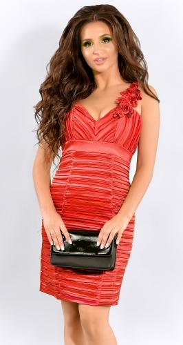 Красное атласное платье плиссе с розами