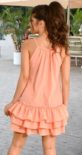 Летнее персиковое платье с рюшами