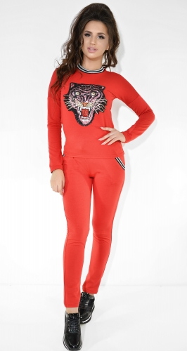 Спортивный костюм с аппликацией красного цвета