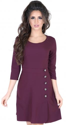 Стильное платье цвета марсала с пуговицами