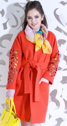 Красивое коралловое пальто с узором на рукавах