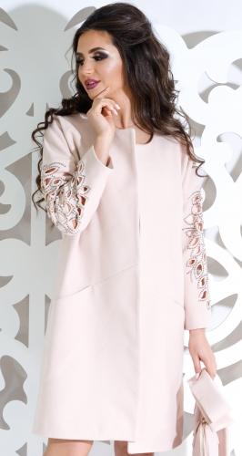 Красивое пальто цвета пудра с узором на рукавах