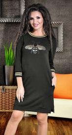 Черное повседневное платье со шмелем