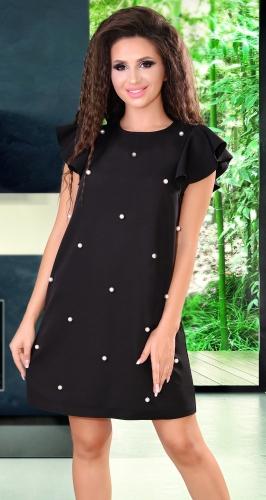 Черное свободное платье с белыми жемчужинами