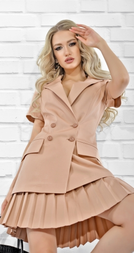 Стильный костюм с юбкой в складку
