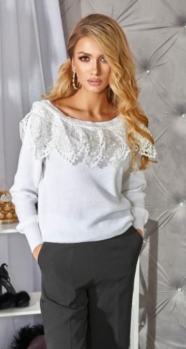 Красивый белый свитер